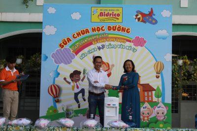 Bidrico trao tặng 1 máy lọc nước và nước bình 19l cho trường An Hội