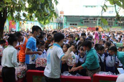 Các em học sinh được phát miễn phí sữa chua Yobi trong chương trình Sữa chua học đường