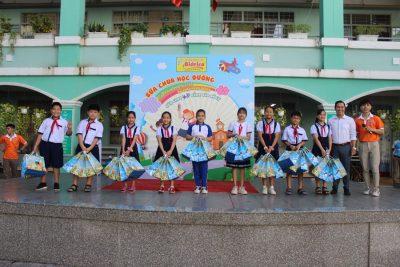 Các em học sinh trường An Hội nhận quà Bidrico