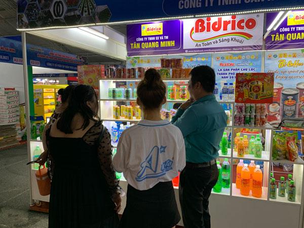 khách hàng tham quan gian hàng bidrico