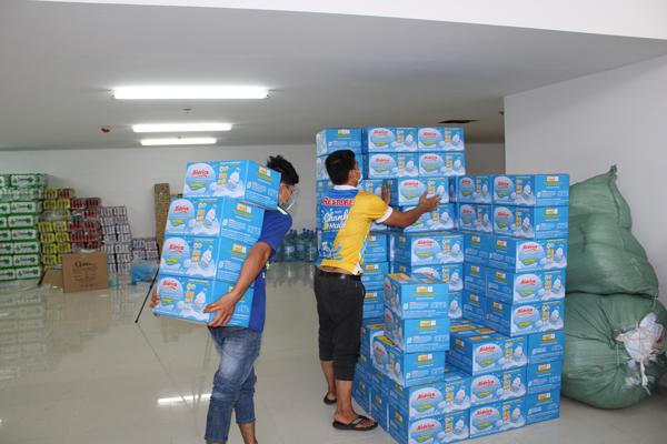 12.000 chai nước uống Bidrico 350ml đã được chuyển đến bệnh viện dã chiến số 10