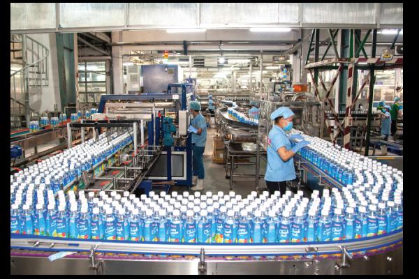 Công nhân mang khẩu trang, gang tay và giãn cách khi sản xuất