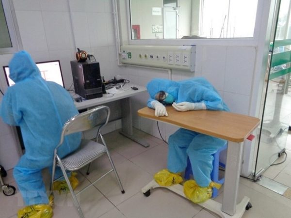Hình ảnh những bác sỹ, nhân viên y tế tranh thủ chợp mắt ngay tại nơi làm việc khiến ai nấy không khỏi nao lòng và thêm trân trọng những công lao đóng góp của họ cho sức khỏe nhân dân. (Nguồn: TTXVN)