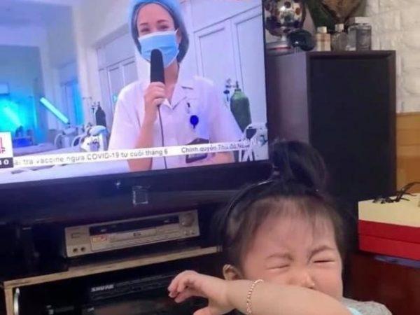 Khoảnh khắc xúc động: Em bé 20 tháng tuổi oà khóc nức nở, đòi bế khi thấy mẹ là bác sĩ đi chi viện cho Bắc Giang xuất hiện trên TV (Nguồn: Internet)