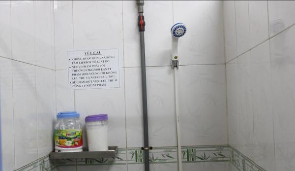 Khu vực phòng tắm được trang bị vòi hoa sen, xà bông
