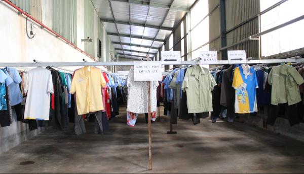 Khu vực phơi quần áo rộng rãi, thoáng mát, có mái che và quạt gió, móc phơi đồ