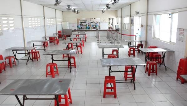 Khu vực nhà ăn sắp xếp ngồi giãn cách, phục vụ đồ ăn từ 6h00 đến 21h mỗi ngày
